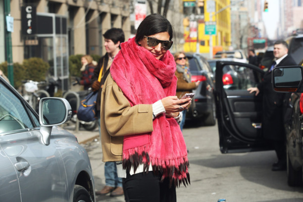 new-york-street-style-fashion-week-look-giovanna-battaglia-sciarpa-rosa_hg_temp2_m_full_l